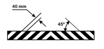 Imagem representativa do pára-choque , informando que o mesmo deve possuir faixas oblíquas com uma inclinação de 45º em relação ao plano horizontal, com 40mm de largura, nas cores amarelo e preto, presentes no 7.1.1.18.1, na Portaria Inmetro nº 457/2008.